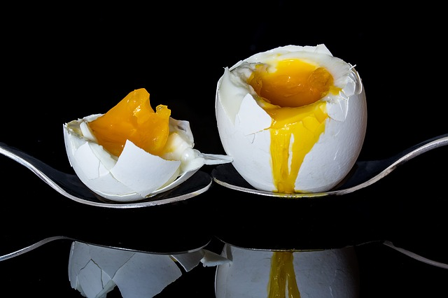 lžičky, vajíčko, žloutek