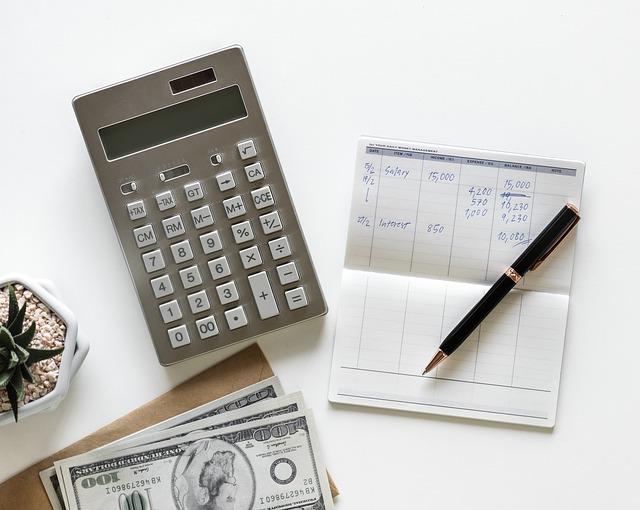 kalkulačka, papír a peníze.jpg