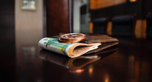 bankovka a mince u peněženky.jpg