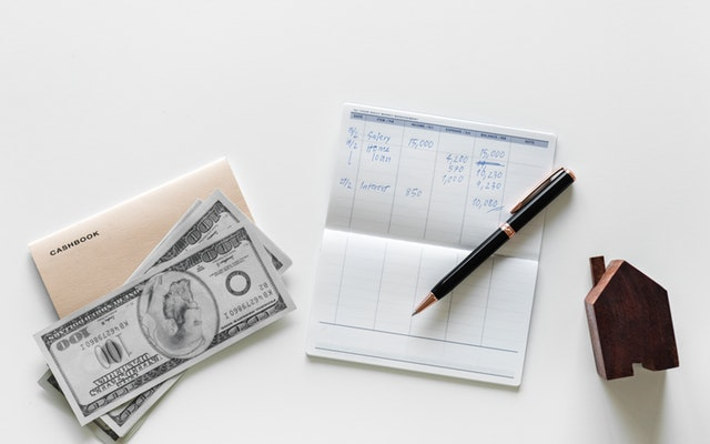 bankovky a blok s vyúčtováním