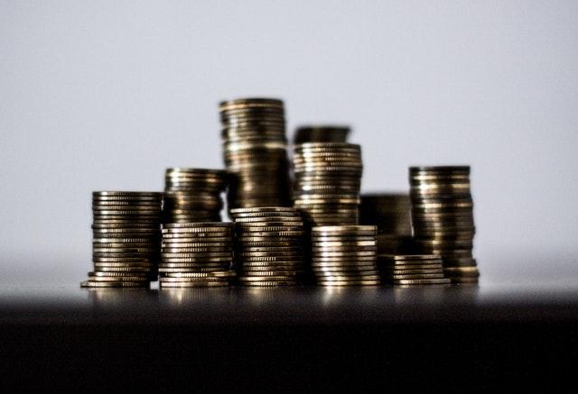sloupce lesklých mincí