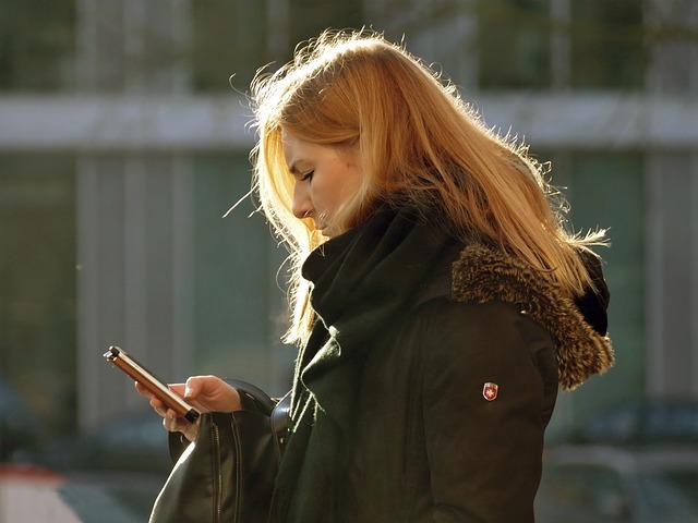žena píše sms