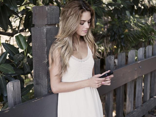 dívka se dívá na mobil