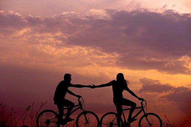 Dvojice na jízdních kolech