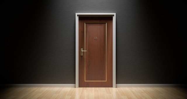 hnědé plastové dveře