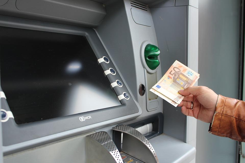 peníze a bankomat